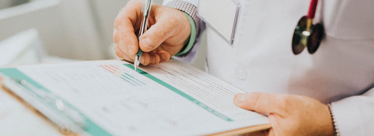 Liječnik bilježi podatke o pacijentu