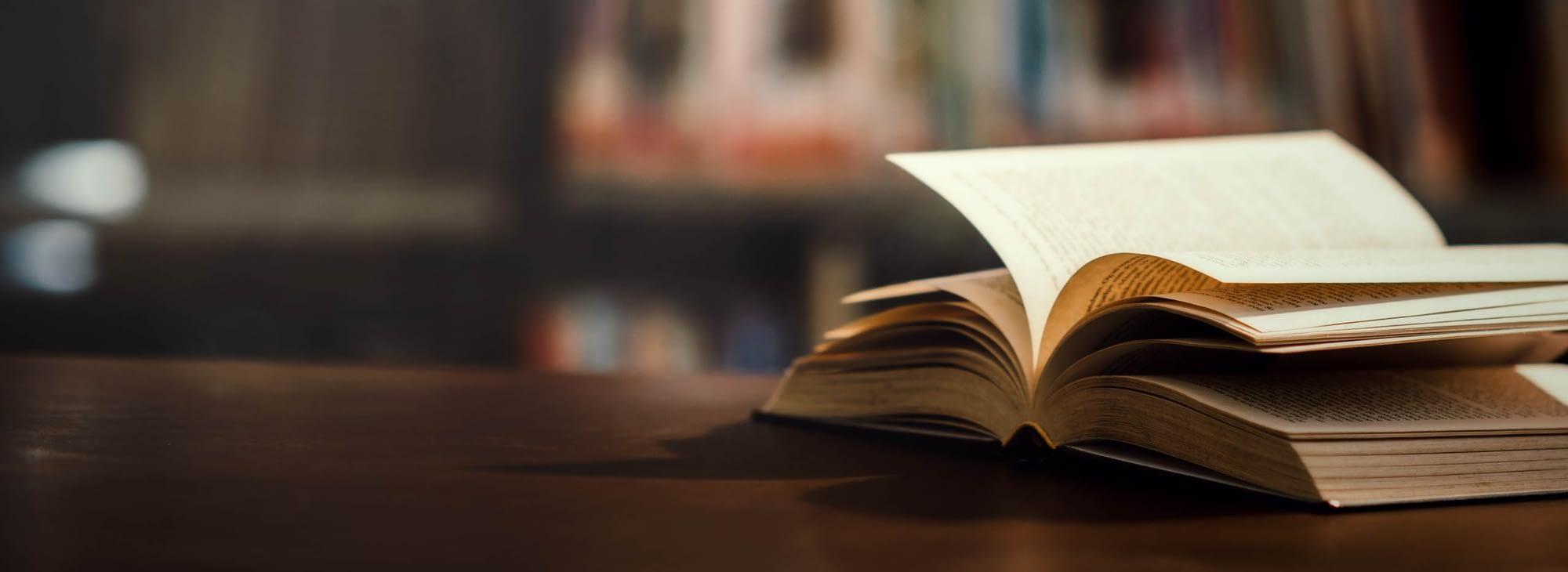 Otvorena knjiga u knjižnici