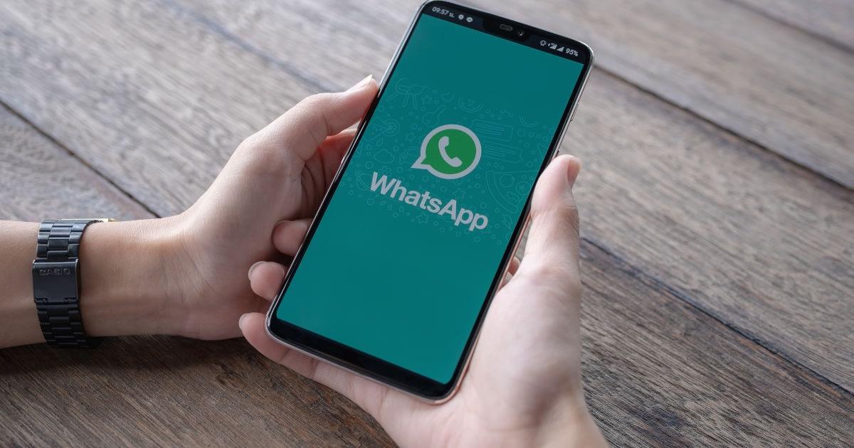 Mobilni korisnik koristi WhatsApp aplikaciju