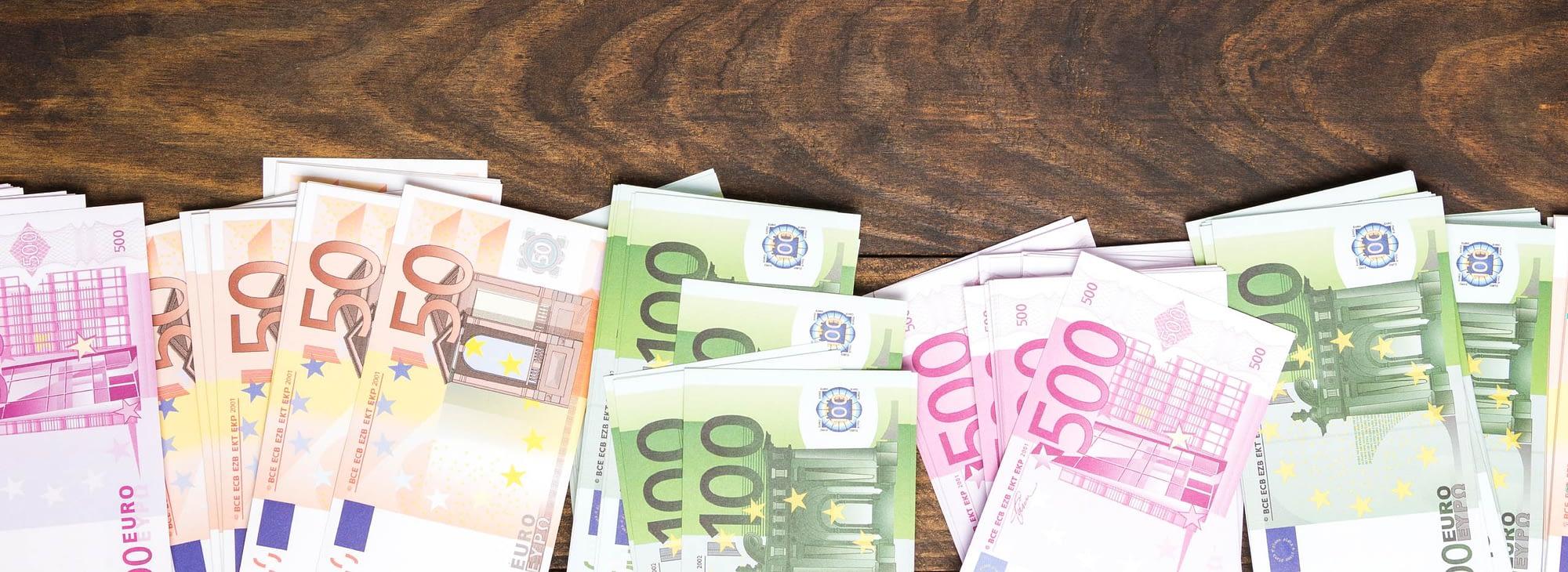 Novac na drvenom stolu