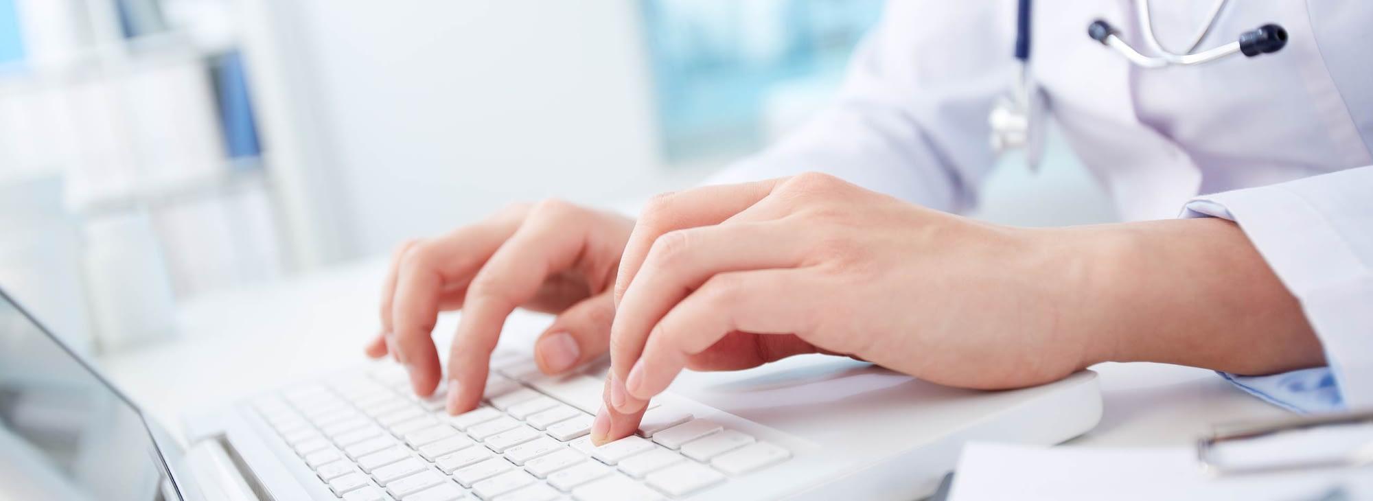 Liječnik traži informacije u bazi podataka
